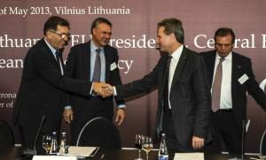 """29+1 sammit,vidurio Europos energetikų susitikimas.Energetikos eurokomisaras Giuntheris Oettingeris""""2nd Energy Summit """"29+1""""."""